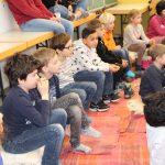 06 die Kinder der ersten und zweiten Klasse hören gespannt zu