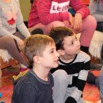 11 Die Kinder hängen an den Lippen von Herrn Hoffmeister-Höfener