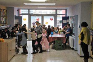 13 es geht durch die Küche und Klassensäle